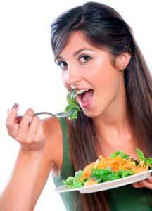 devushka-est-salat