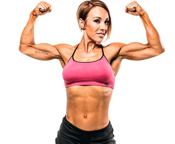 devushka-pokazyvaet-biceps