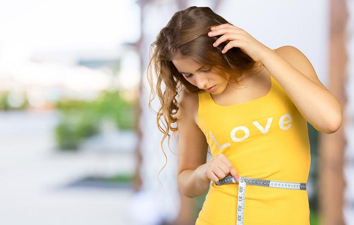 Девушка с сантиметром